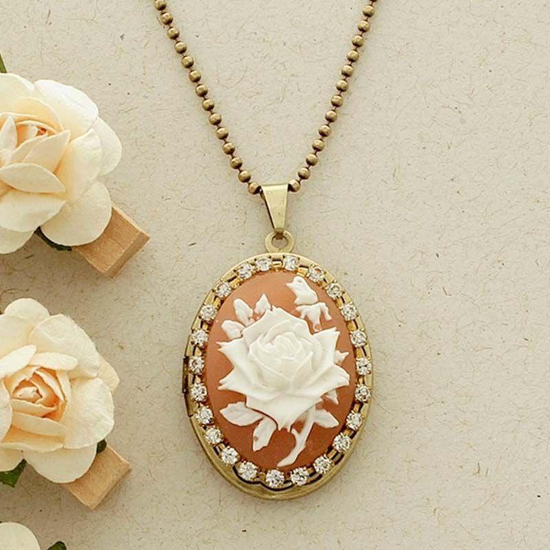 Relicário Camafeu Flor Ouro Velho Coral e Branco com Strass