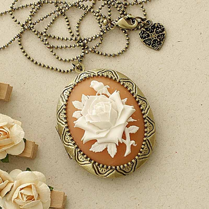 Relicário Grande Ouro Velho com Camafeu Flor Branca e Coral