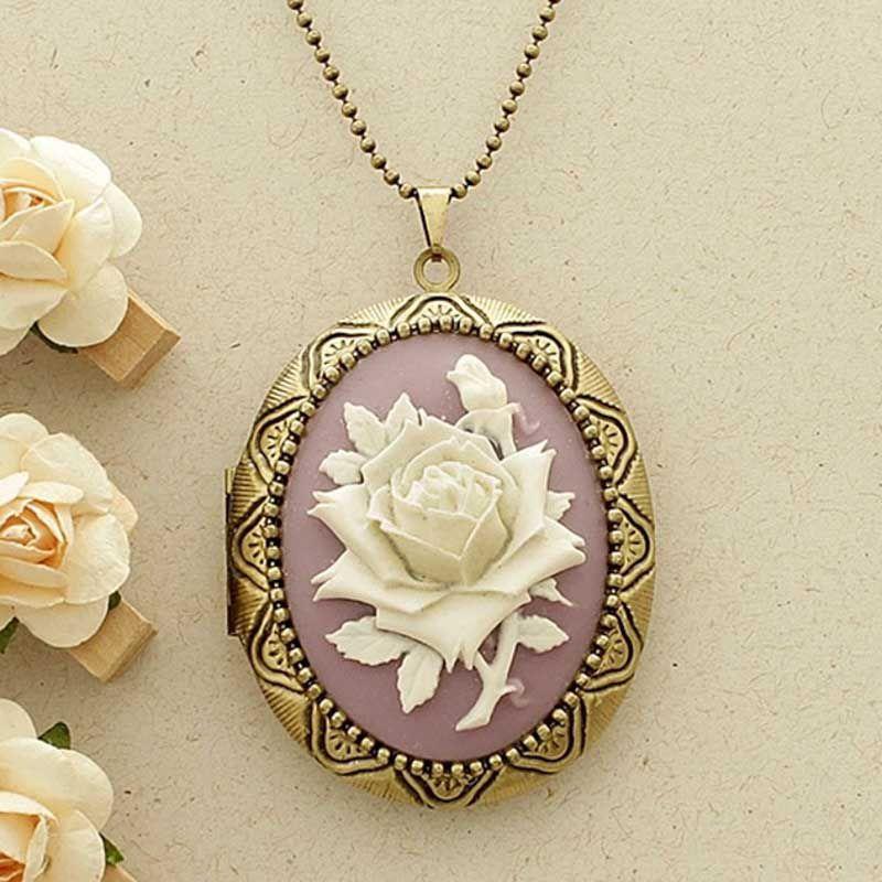 Relicário Grande Ouro Velho e Camafeu Flor Branca e Lilás