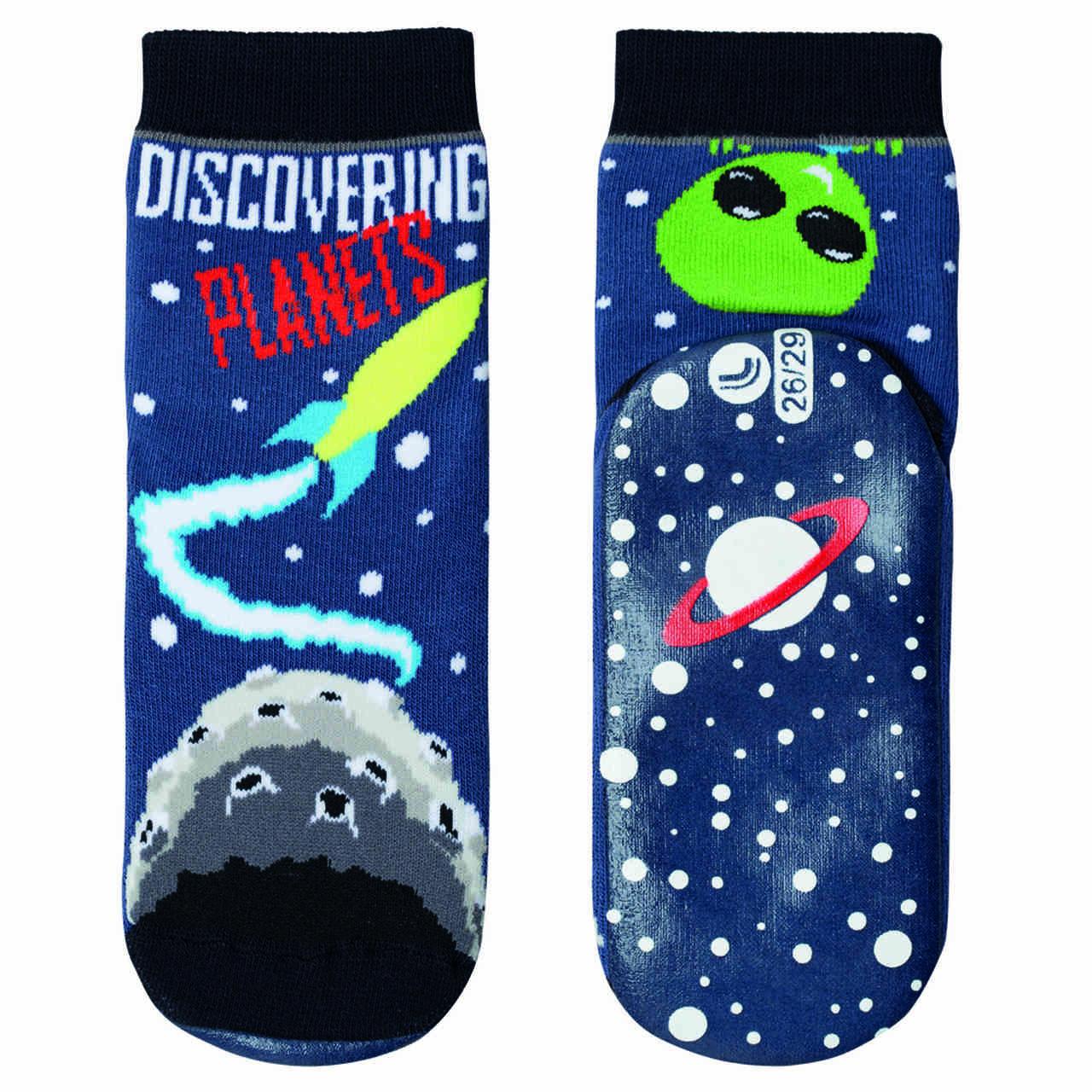 Pantutti menino infantil et no espaço com punho lupo
