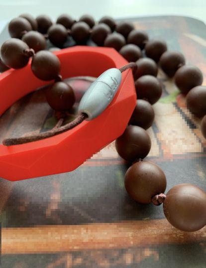 COMBO Colar Mordedor Pega Pega Chocolate + Pulseira Vermelha