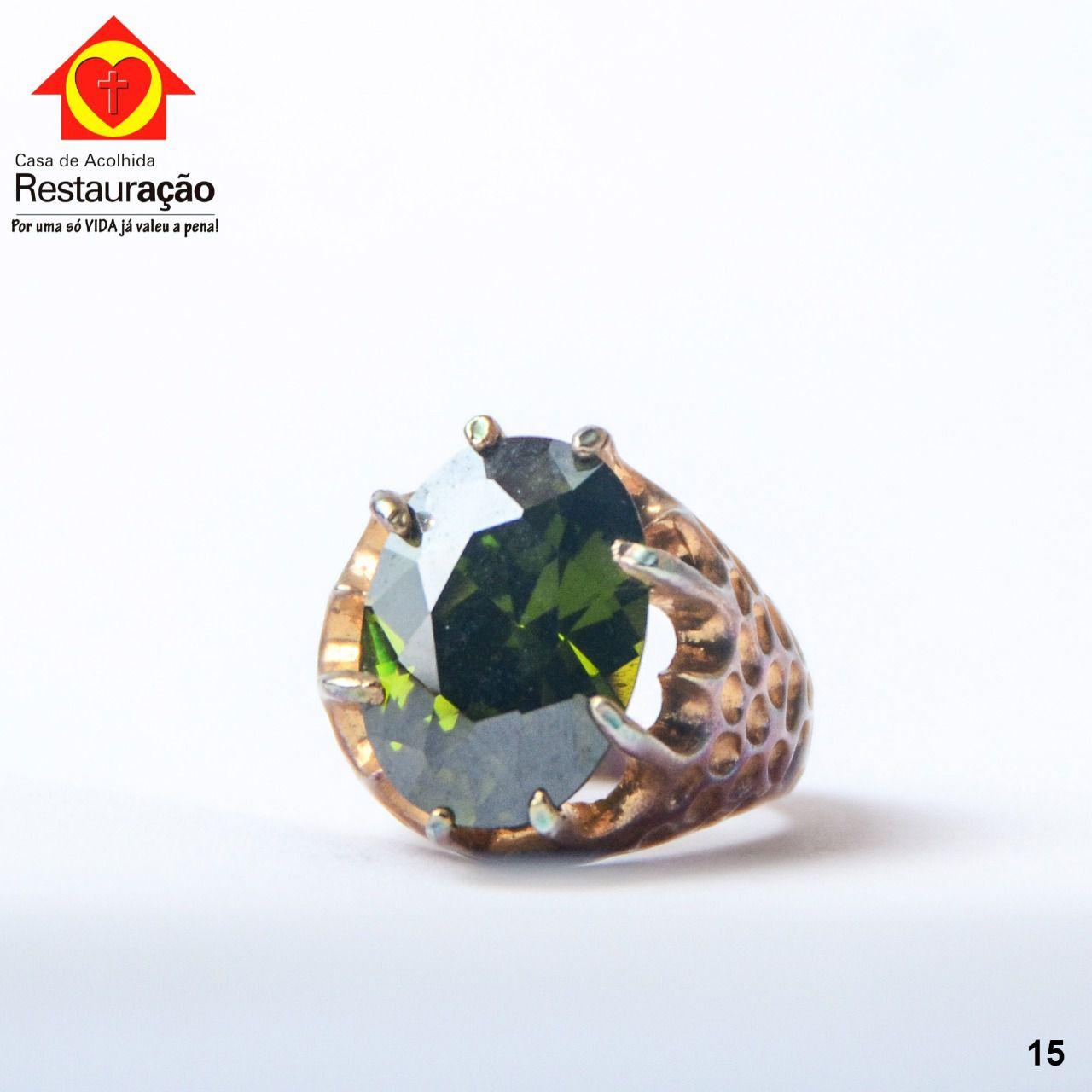 Anel Dourado com Pedra Verde