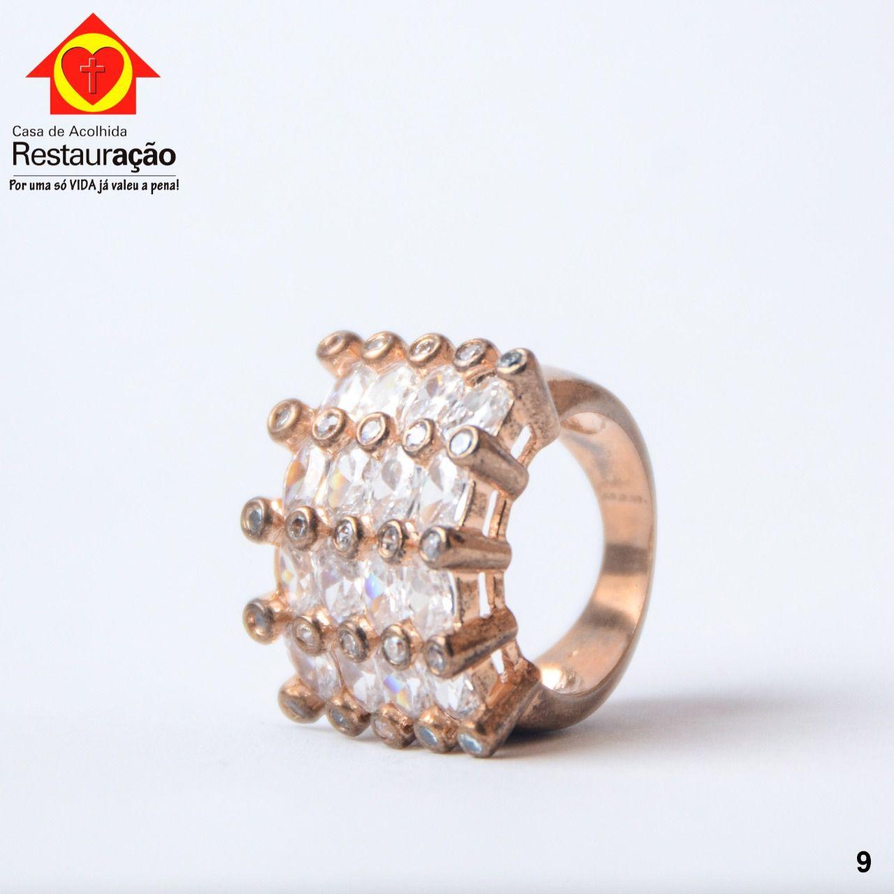 Anel Dourado com Pedras Naturais.