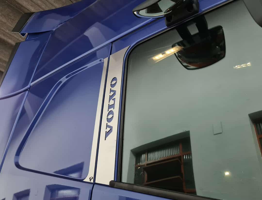 Aplique/Acabamento CHARADA em Inox da Coluna da Porta Volvo FH 2015 (Par)
