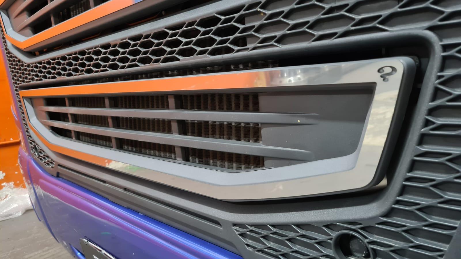 Aplique/Acabamento CHARADA em Inox da Grade do Volvo FH 2015 Inferior