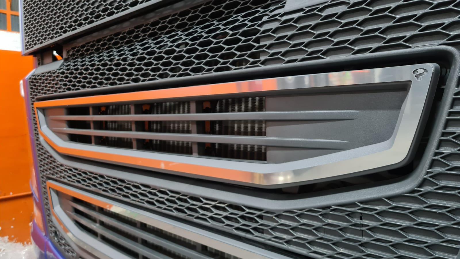 Aplique/Acabamento CHARADA em Inox da Grade do Volvo FH 2015 SUPERIOR