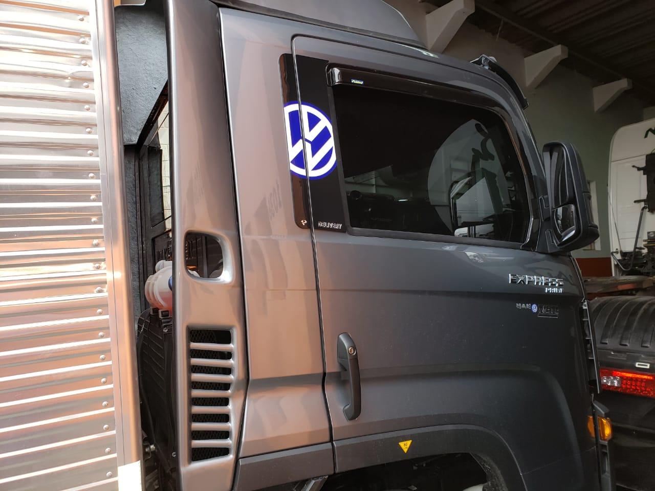 APLIQUE DA COLUNA DE PORTA EM ACRILICO  VW DELIVERY NOVO (PAR)