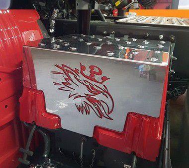 Aplique/Acabamento CHARADA Inox da Tampa da Caixa da Bateria Scania S5 com Repuxe