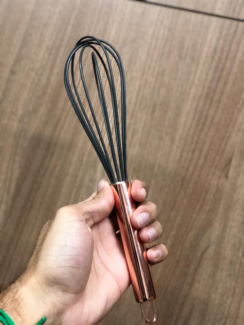 Batedor de ovos fouet rose cobre preto de aço inox e silicone 26cm