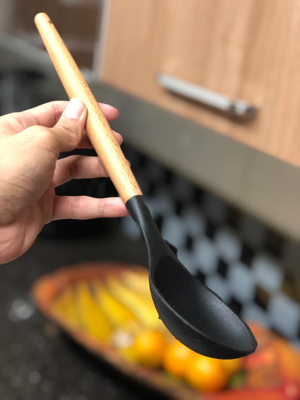 Colher de arroz grande silicone e madeira preta 31cm livre de bpa