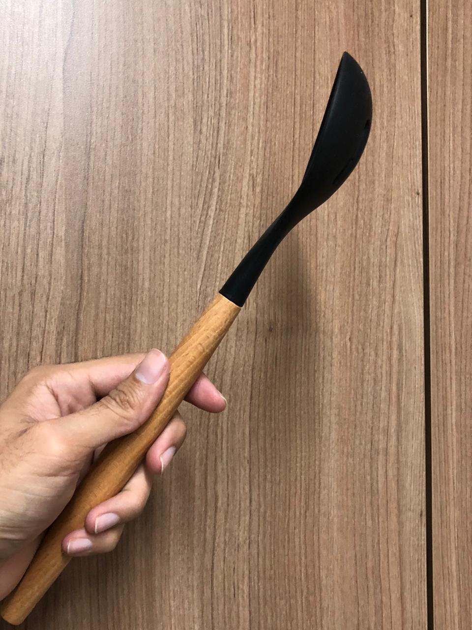 Colher vazada de  arroz grande silicone e madeira preta 32cm