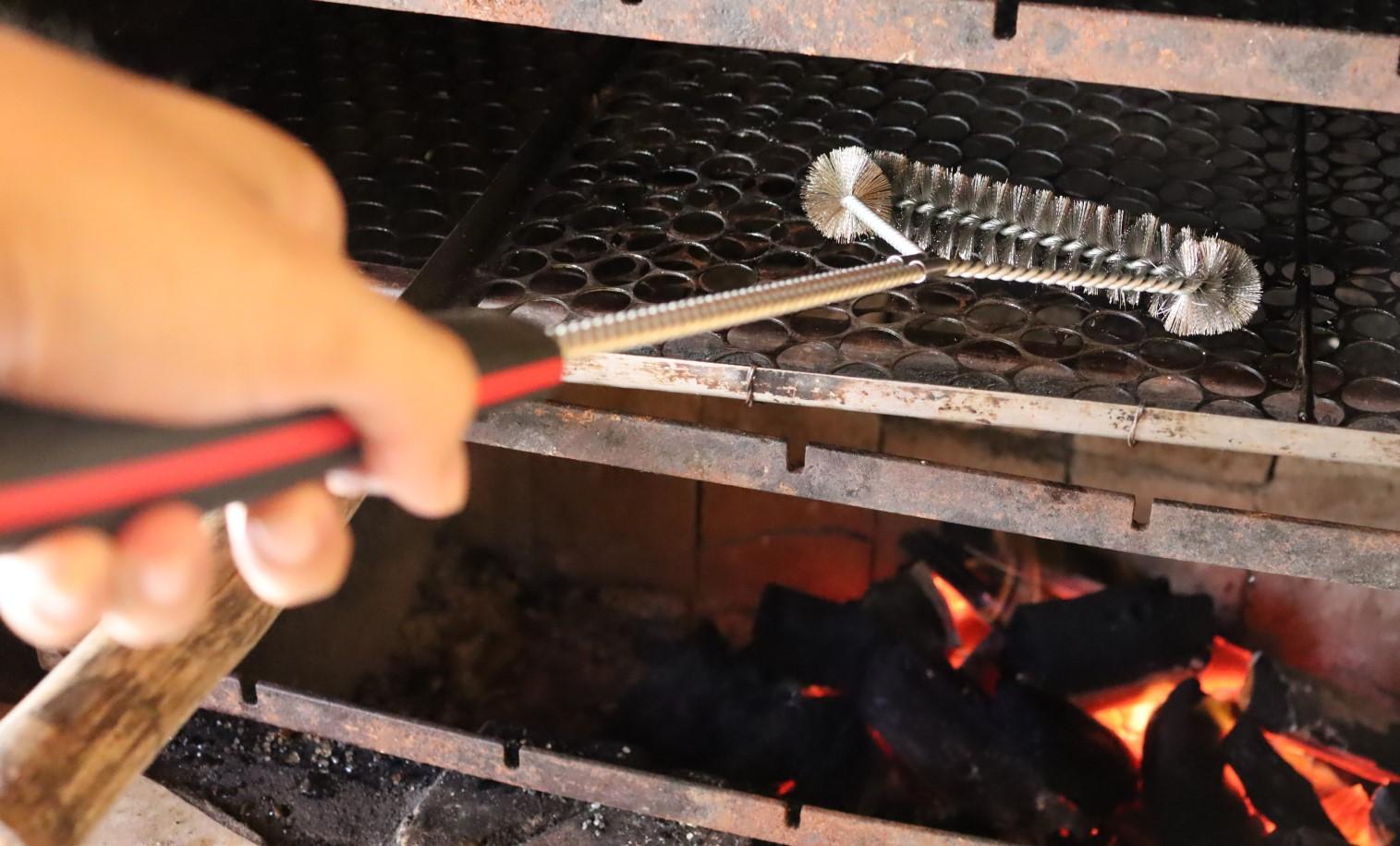 Escova para grelha limpadora de churrasqueira com cabo preto aço inox