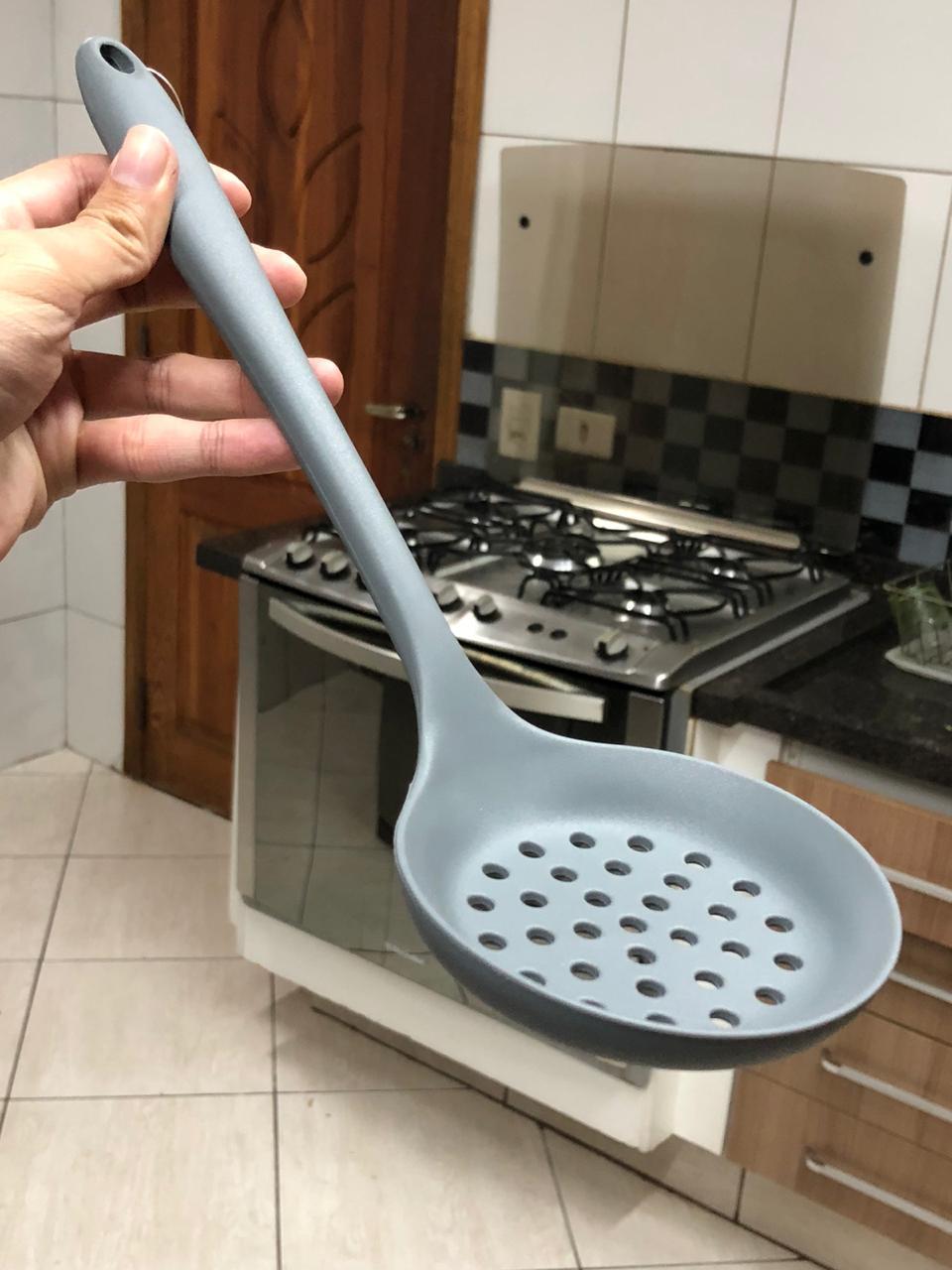 Escumadeira de silicone para frituras vazada 32cm uni cinza
