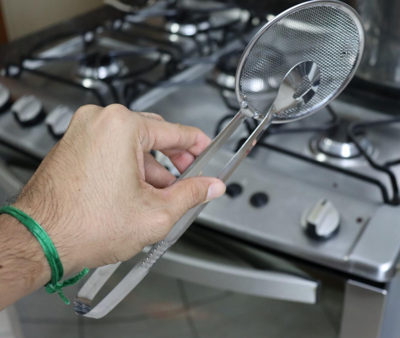 Escumadeira para frituras com pegador utensílio de cozinha em aço inox 29cm