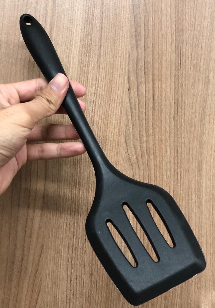 Espatula chapeiro de silicone vazada fritura preta 29cm