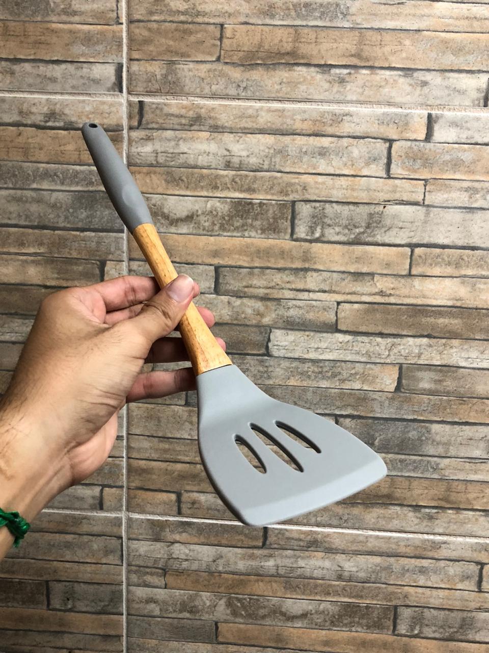 Espátula de silicone cozinha chapeiro lanches vazada fritura azul e madeira 34cm