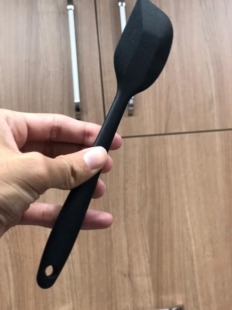 Espatula fechada raspadora pão duro de silicone 21cm preta