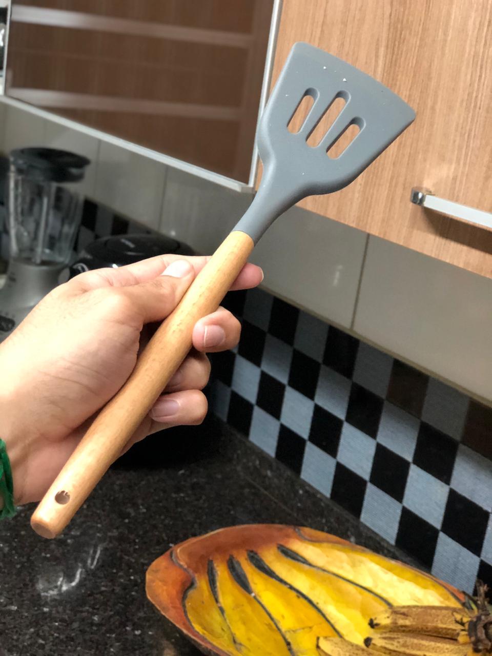 Espatula fritura chapeiro vazada cinza em silicone e madeira 32cm