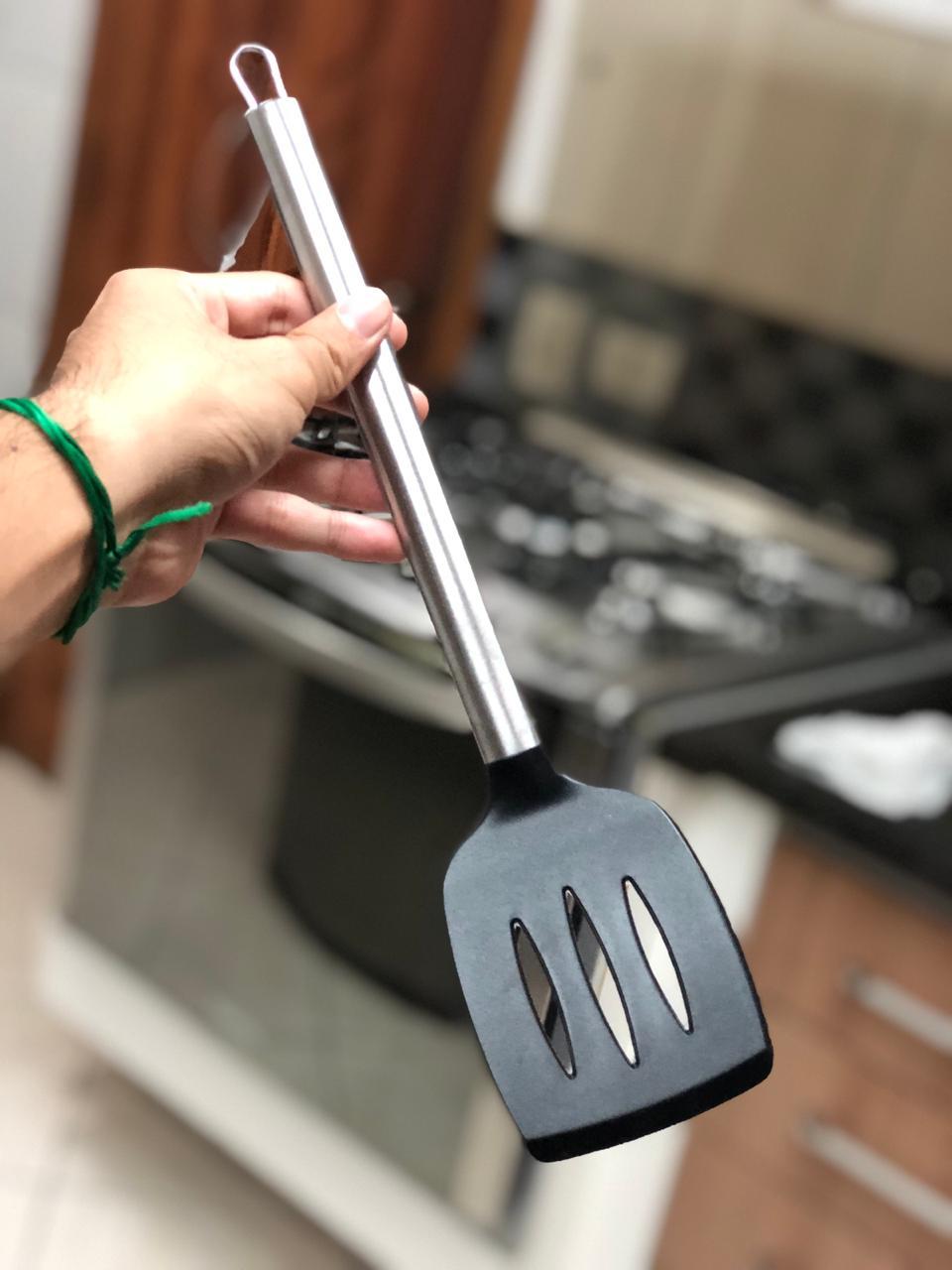 Espatula fritura chapeiro vazada preta em silicone e inox 35cm