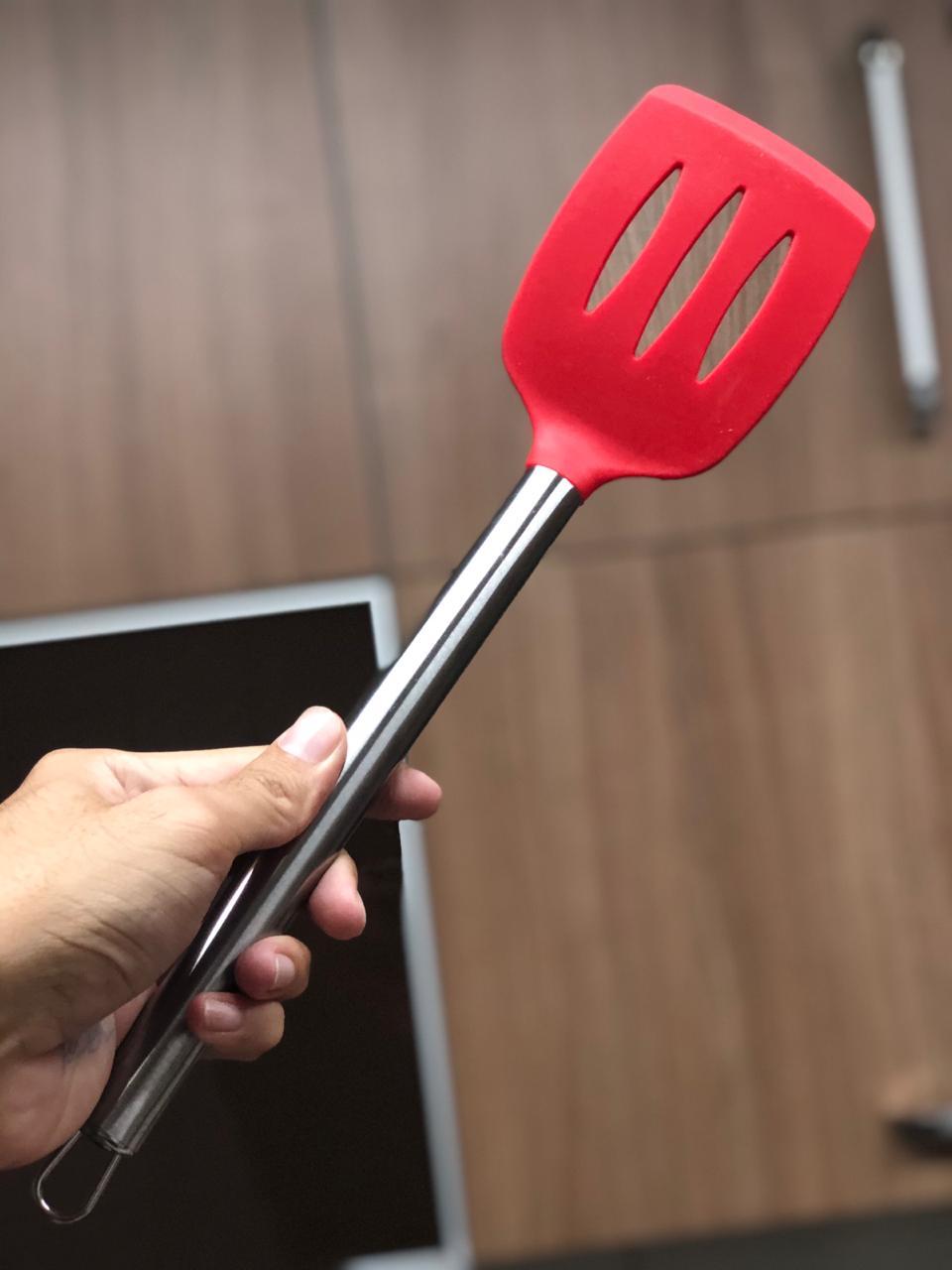 Espatula fritura chapeiro vazada vermelha em silicone e inox 33cm MimoStyle