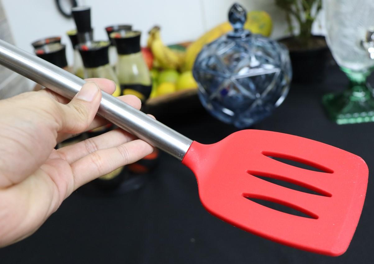 Espatula fritura chapeiro vazada vermelha em silicone e inox 35cm