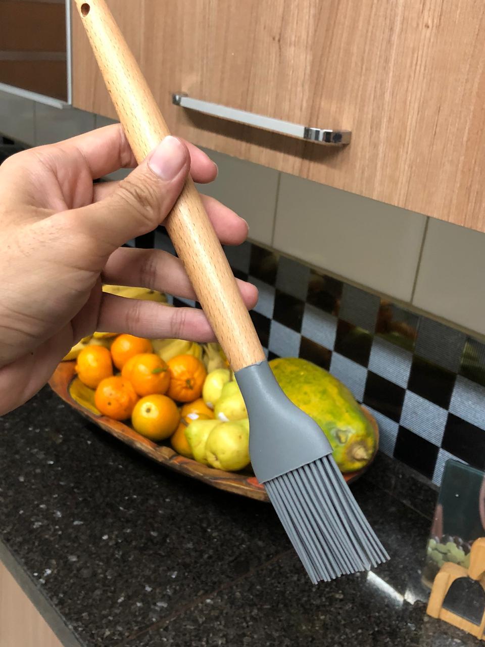 Pincel culinário de silicone e madeira untar confeitar cinza 28cm livre de bpa