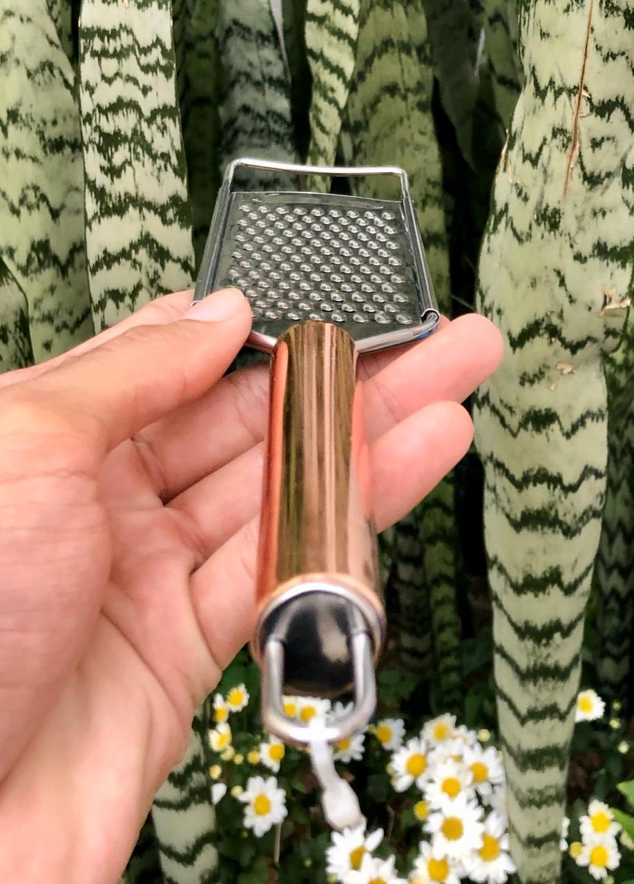 Ralador pratico com cabo aço inox para queijos nozes rose cobre mimostyle