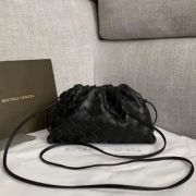 BOLSA CLUTCH BOTTEGA VENETA THE POUCH 20 INTRECCIATO NAPPA