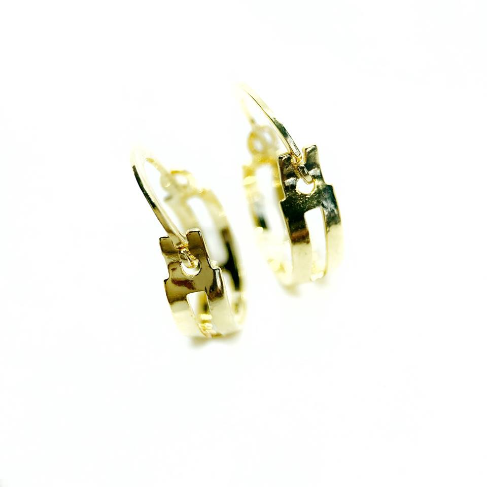 Brinco argola detalhes vazados banhada a ouro 18k
