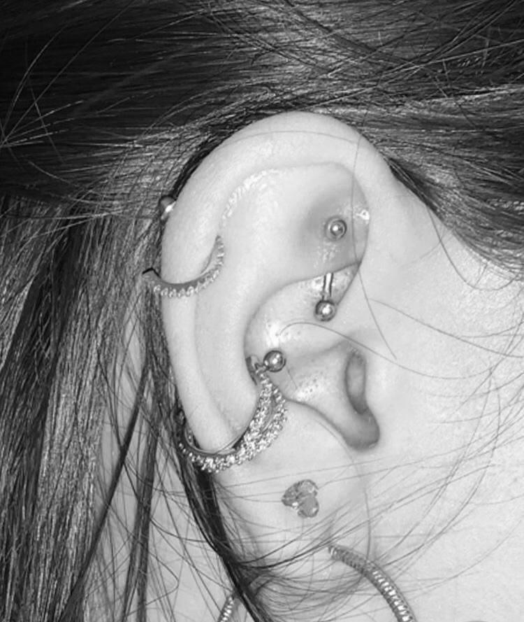 Piercing inspired mc mirella  transpassado cravejado em zircônias haste aço cirúrgico folheado