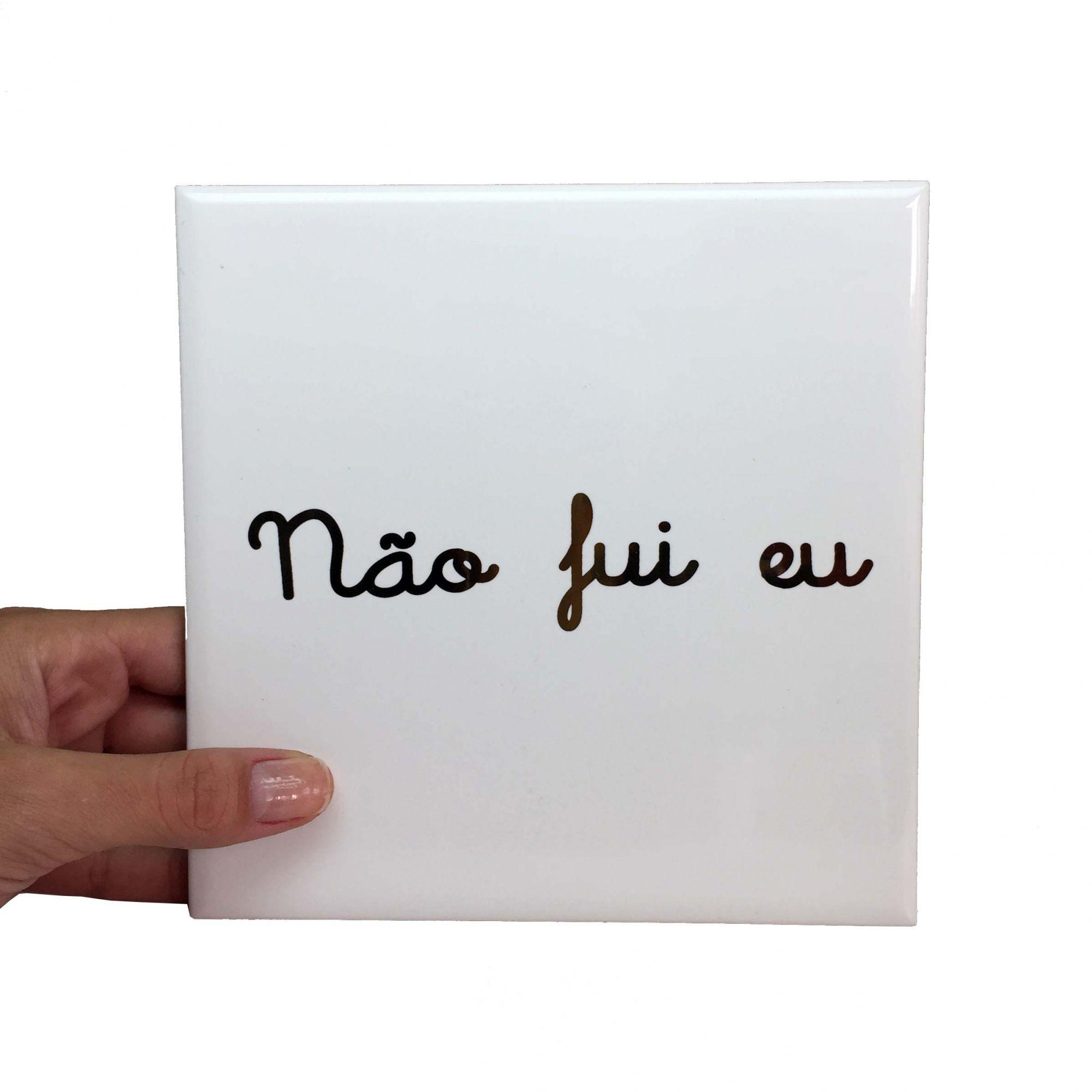 """Azulejo Quadrado Branco com Escrito Dourado """"Não Fui Eu"""""""