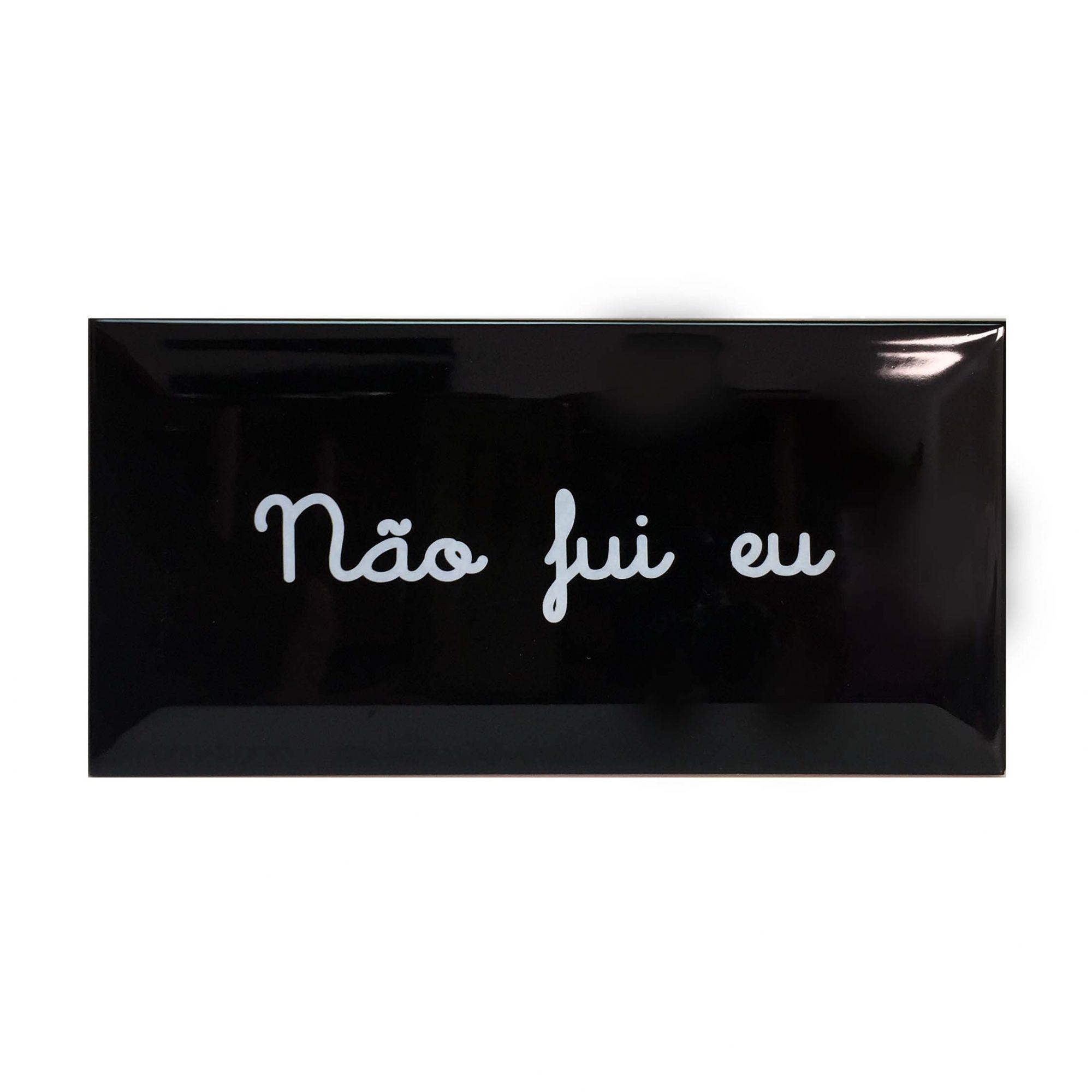"""Azulejo Retangular Preto com Escrito Branco """"Não Fui Eu"""""""