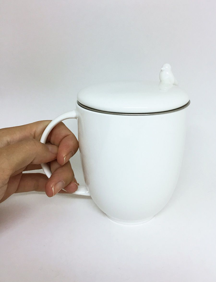 Caneca de Porcelana Branca com Tampa e Infusor Passarinho