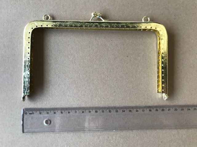 Armação 20cm x 11cm Desenhada c/ furos e argolas Latonada
