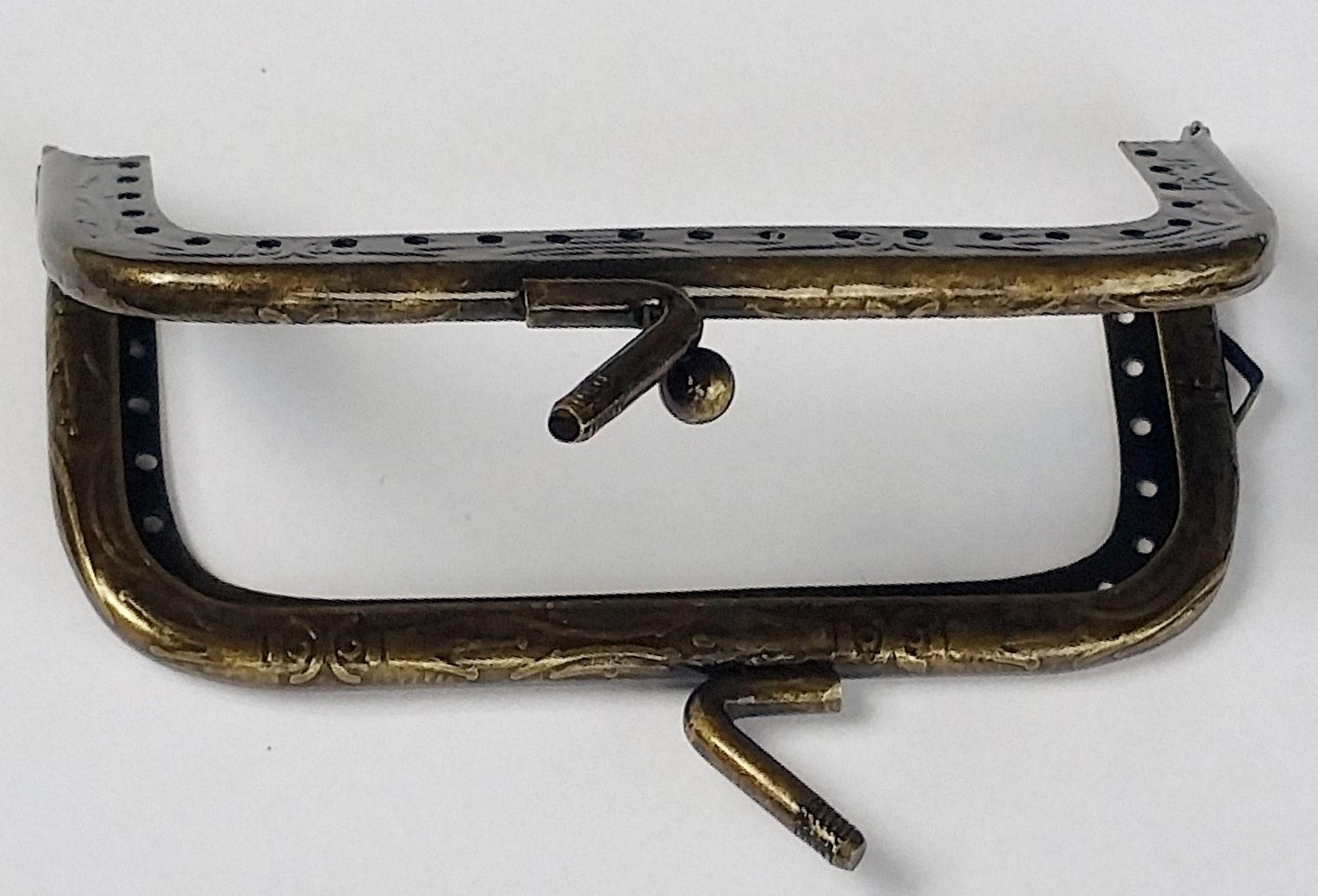 Armação 8cm x 4cm c/ furos, porta alça e fecho p/ aplique Ouro Velho