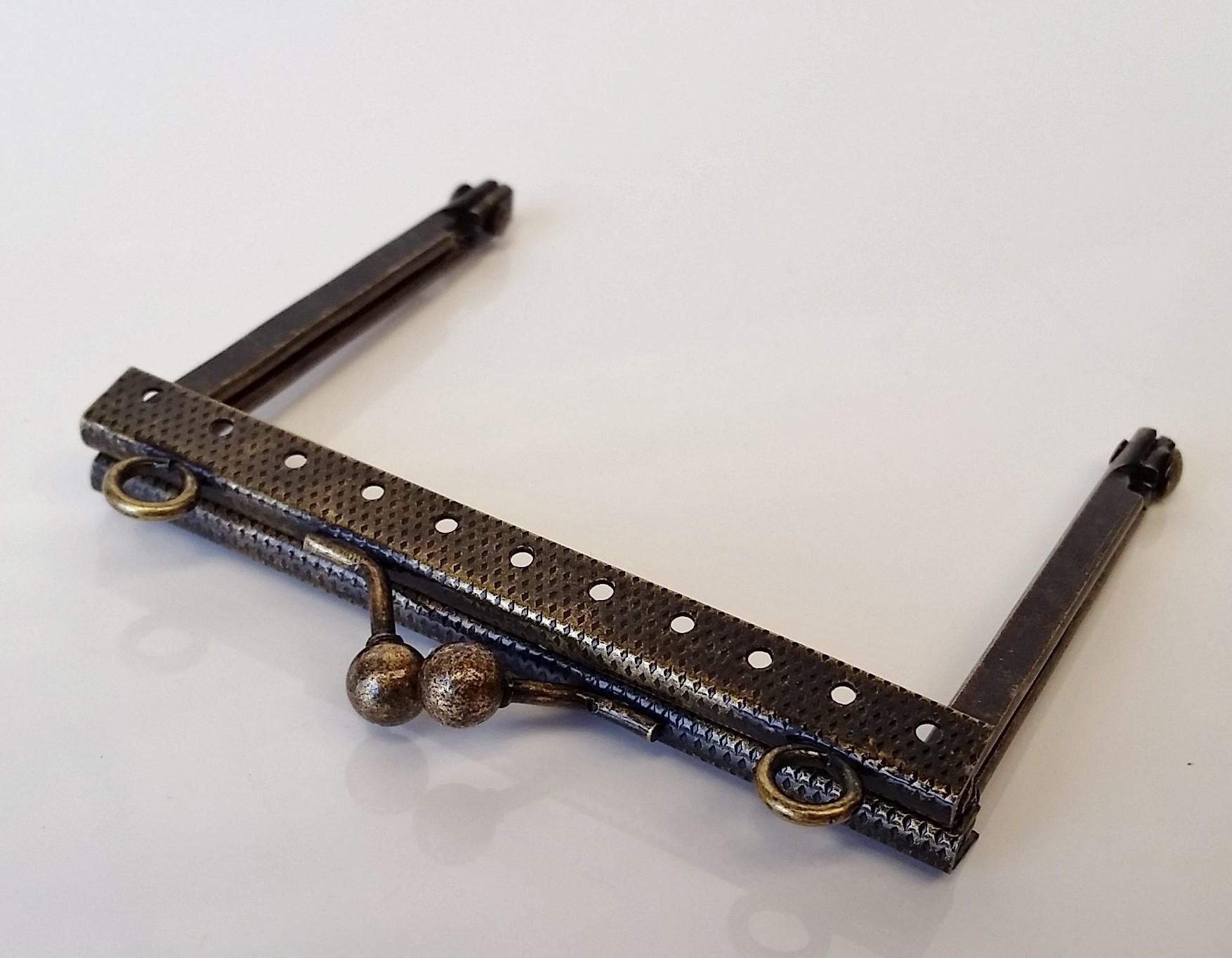 Armação 8cm x 6cm Grav c/ furos e argolas Ouro Velho