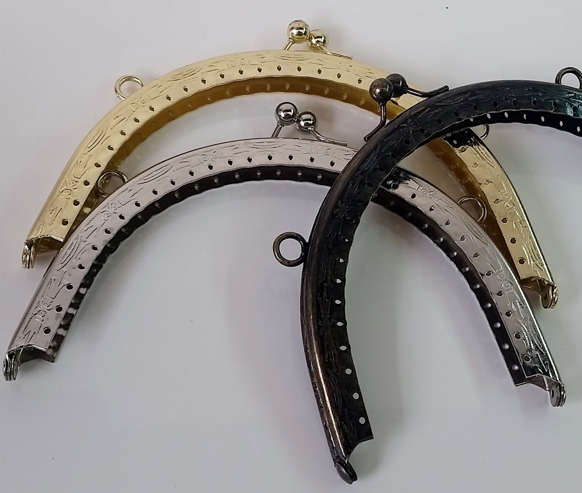Armação Redonda 16cm x 8,5cm Desenhada c/ furos e argolas Latonada