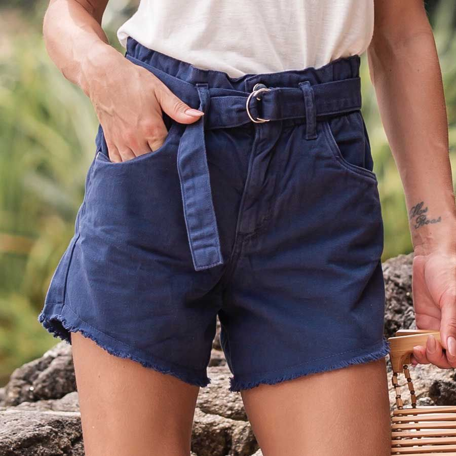 Short Clochard com Faixa de Amarrar na Cintura e Abotoamento Frontal