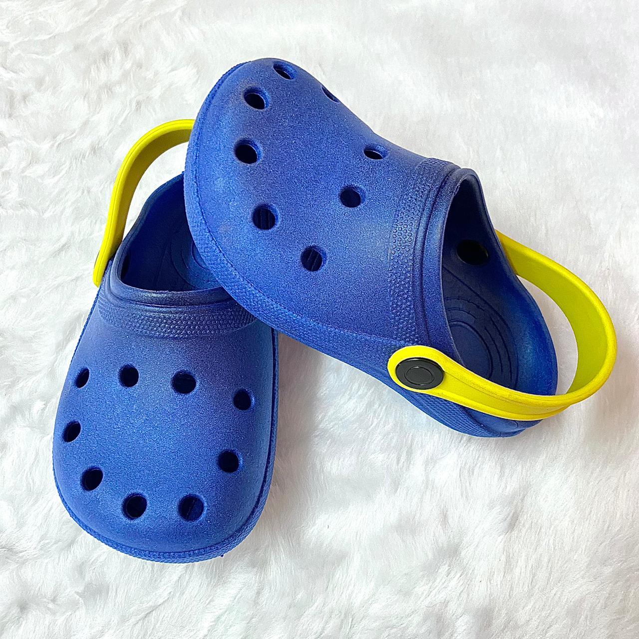 Sandália Crocs Babuche Azul Bic com Detalhe Amarelo