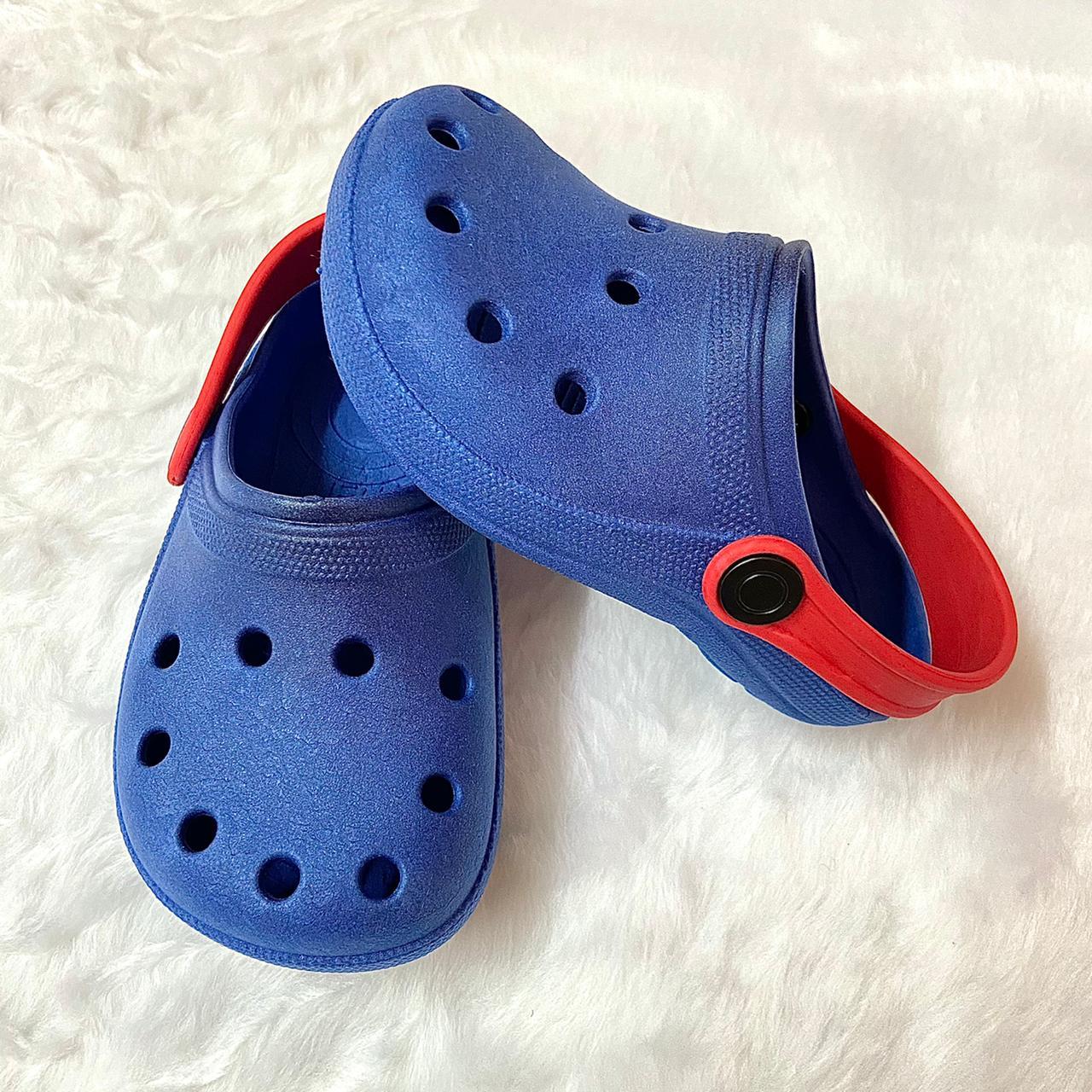 Sandália Crocs Babuche Azul Bic com Detalhe Vermelho