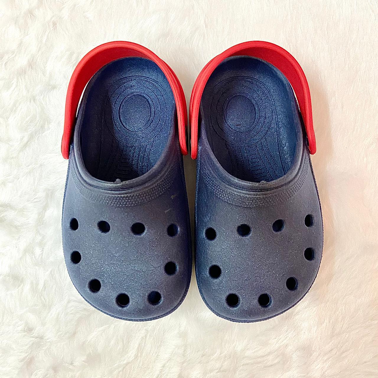 Sandália Crocs Babuche Azul Marinho com Detalhe Vermelho