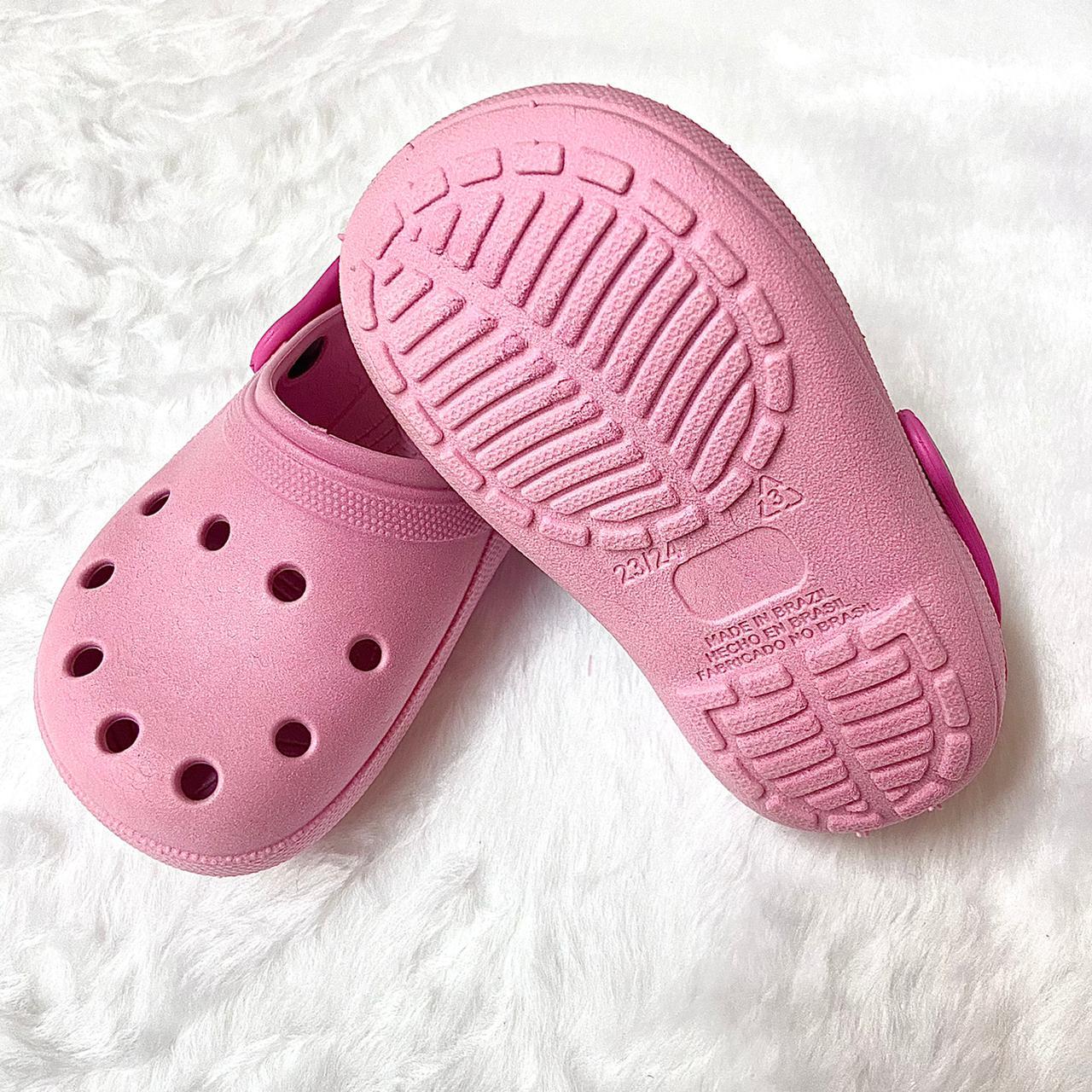Sandália Crocs Babuche Rosa com Detalhe Pink