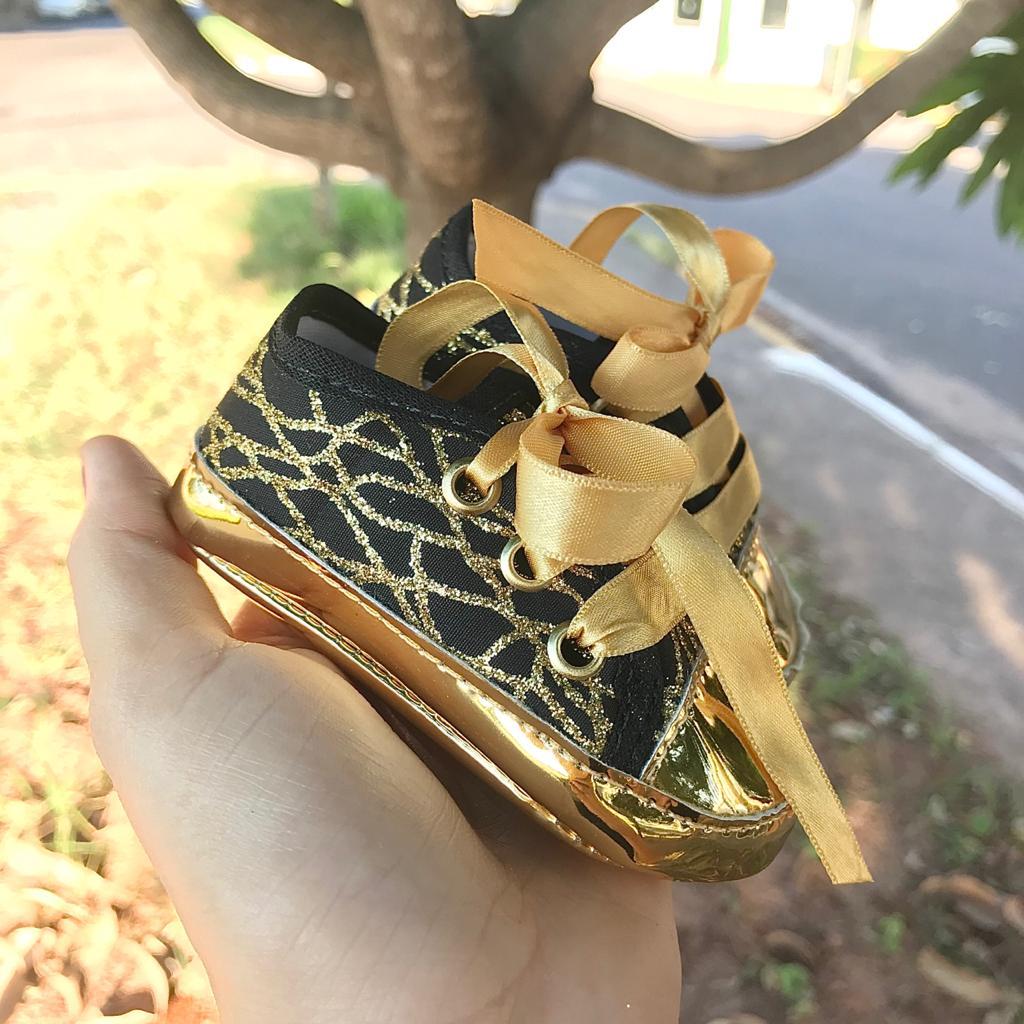 Tênis Preto Detalhe Dourado