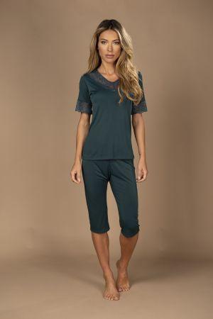 Pijama com calça pescador e blusa de manga curta com detalhe em renda