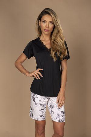 Pijama em liganete com blusa de manga curta e bermuda.