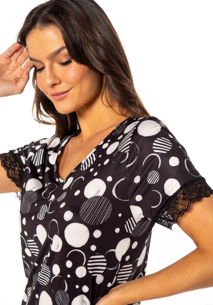 Camisola em liganete estampada com detalhe em renda na manga.