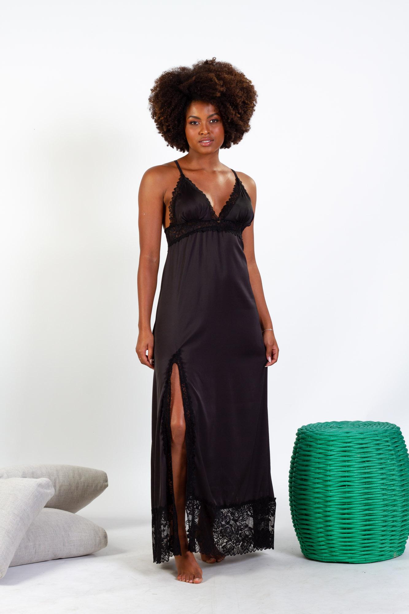 Camisola longa em cetim com detalhes em renda e fenda lateral - Preto