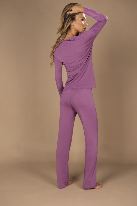 Pijama com calça e detalhe em renda na blusa