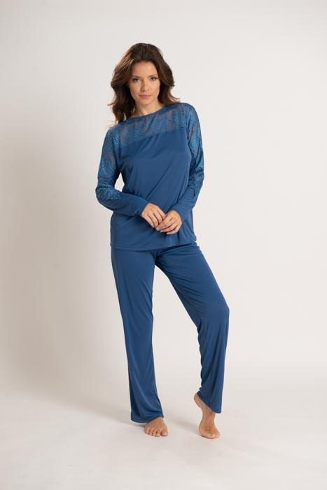 Pijama em liganete com mangas compridas e calça padrão com detalhes em renda.