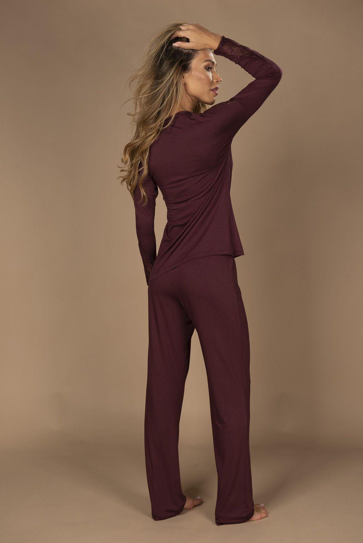 Pijama em viscose de calça e blusa de manga comprida com detalhe em renda